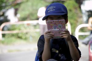 3DSで遊ぶ子供